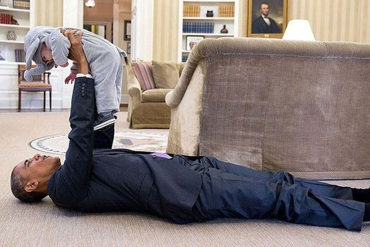 Presiden Barack Obama tengah bercengkerama dengan anak di ruang Oval, Gedung Putih. Gambar diambil pada 30 Oktober 2015