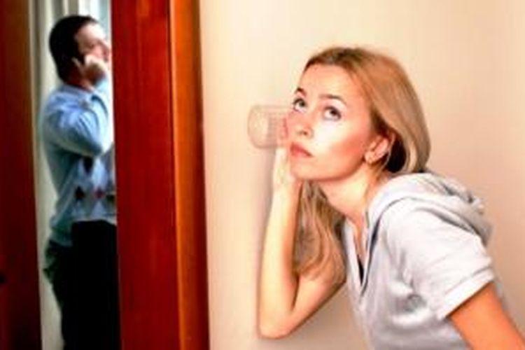 Ketika si dia diam-diam sering mengirim pesan pendek atau menelepon, bahkan saat ada Anda di sampingnya, bisa dicurigai kalau dia sedang berbalas pesan dengan yang lain.