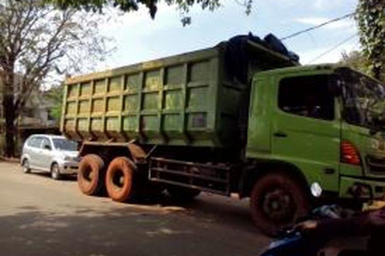 Truk tanah yang melintas di luar jam operasional di Kota Bekasi