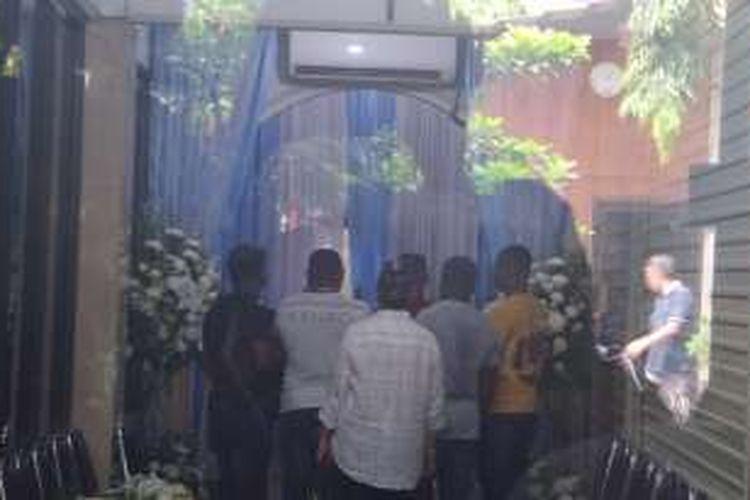Jumat (29/7/2016), sahabat terpidana mati, Seck Osmane asal Nigeria tiba di rumah duka St Carolus, Salemba. Sejumlah sahabat datang mengikuti persemayaman Seck