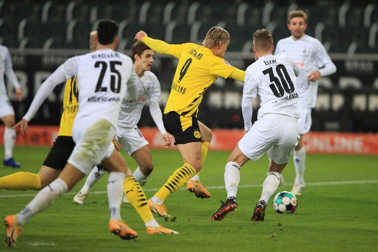 Erling Haaland (tengah) berebut bola dalam pertandingan Borussia Moenchengladbach vs Borussia Dortmund pada pekan ke-18 Bundesliga di Borussia-Park, Sabtu (23/1/2021) dini hari WIB.