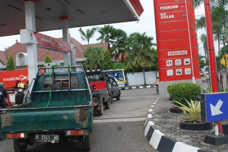Antrean kendaraan di SPBU Kebondalem Kendal sebelum kehabisan premium.