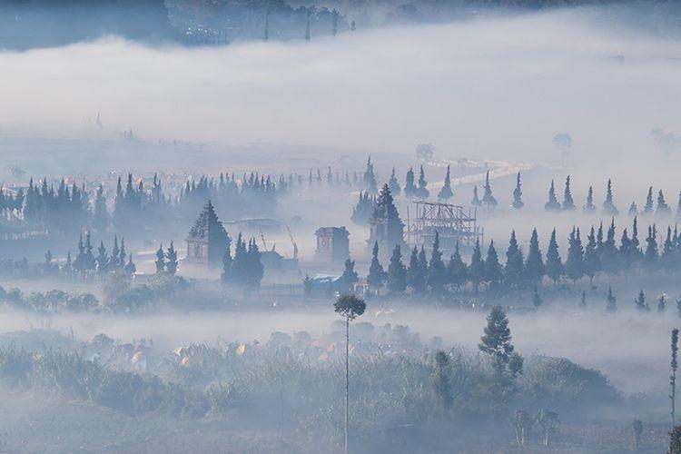 Candi Arjuna Dieng yang berselimut kabut di Pagi Hari.