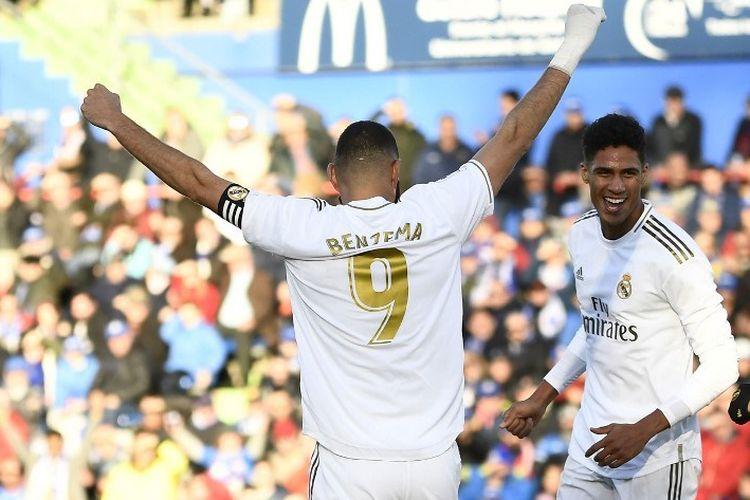 Karim Benzema (kiri) dan Raphael Varane (kanan) merayakan gol pada laga pekan ke-19 Liga Spanyol antara Getafe vs Real Madrid di Stadion Alfonso Perez, Sabtu 4 Januari 2020.