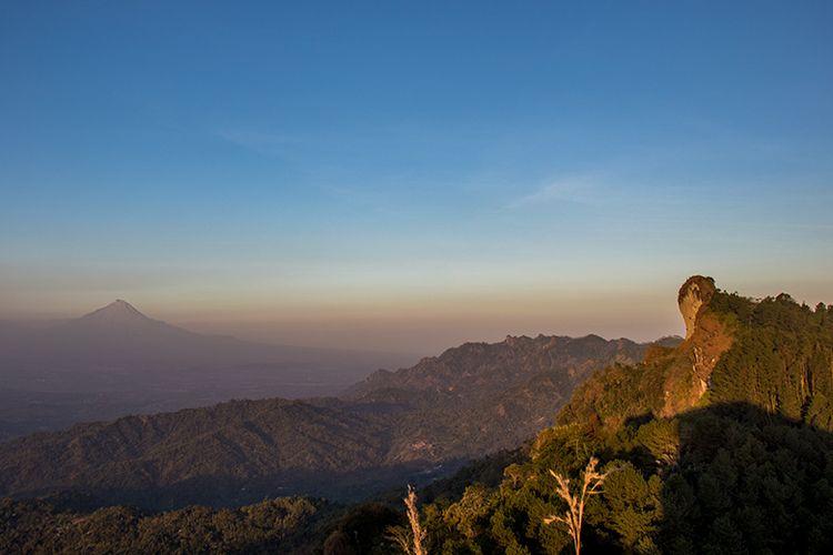 Hamparan Pegunungan Menoreh dengan Gunung Trajumas yang menjulang tinggi dan Gunung Merapi di ufuk timur dilihat dari Gunung Kunir Purworejo.