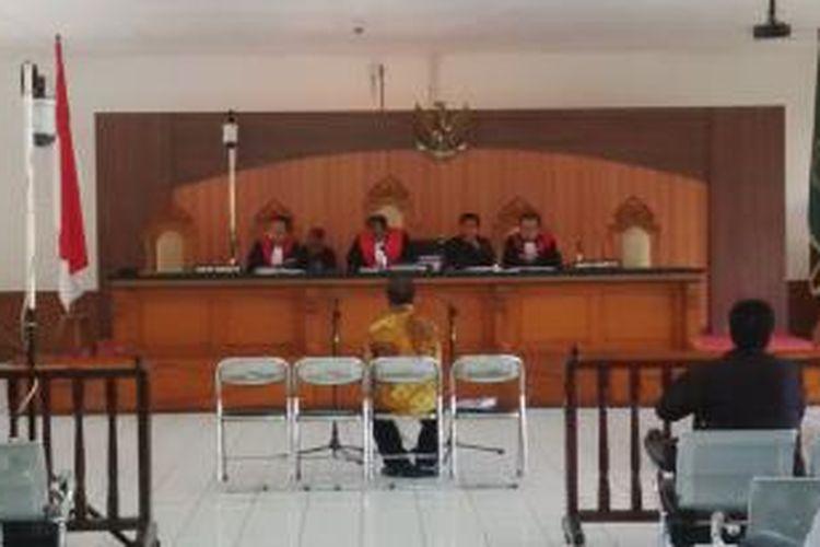 Gubernur Riau Nonaktif Annas Maamun saat duduk di kursi pesakitan dalam peridangan di Pengadilan Negeri (PN) Bandung, Jalan RE. Martadinata, Bandung, Jawa Barat, pada Rabu, (20/5/2015) beberapa waktu lalu.