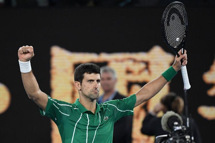 Petenis Serbia Novak Djokovic berselebrasi setelah mengalahkan Dominic Thiem dari Austria pada final tunggal putra mereka turnamen tenis Australian Open 2020 di Melbourne pada 2 Februari 2020.
