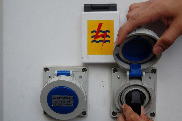 Petugas PLN Distribusi Jawa Barat mengoperasikan penggunaan alat Stasiun Penyedia Listrik Umum (SPLU) saat peresmian di Bandung, Jawa Barat, Senin (11/9/2017). PT PLN (Persero) Distribusi Jawa Barat mengoperasikan 15 SPLU di Kota Bandung serta 23 SPLU yang tersebar di Jawa Barat guna memudahkan serta memenuhi kebutuhan pengisian energi kendaraan listrik di tempat umum bagi pelaku UMKM, Pedagang Kaki Lima (PKL) dan masyarakat. ANTARA FOTO/Fahrul Jayadiputra/aww/17.