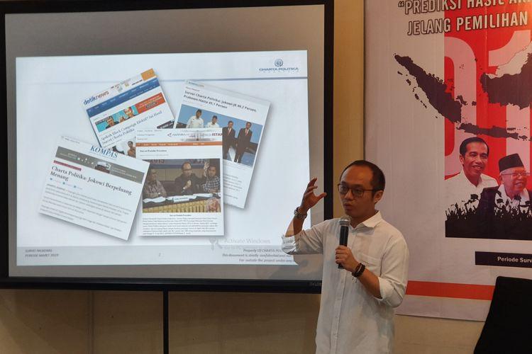 Direktur Eksekutif Charta Politika Yunarto Wijaya saat merilis hasil survei di kantornya di Jakarta, Senin (25/3/2019).