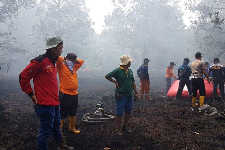 Pemadaman kebakaran hutan dan lahan di Riau oleh petugas kepolisian bersama tim satgas karhutla Riau yang terjadi memasuki musim kemarau.