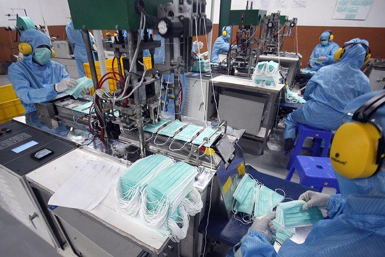 Sejumlah pekerja menyelesaikan pembuatan masker medis di PT Multi One Plus, Gunung Putri, Kabupaten Bogor,  Jawa Barat, Rabu (15/4/2020). Pabrik masker tersebut mampu memproduksi 250 ribu masker medis per hari.