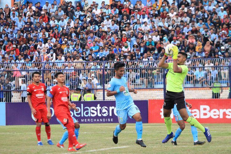 Salah satu aksi Rendy Oscario saat mementahkan peluang dari para pemain Persela Lamongan.
