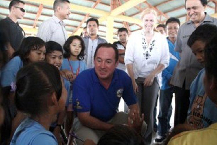 Konsul Jenderal (Konjen) Amerika Serikat di Surabaya Joaquin F Monserrate, nampak sedang berbincang dengan anak didik Komunitas Dinding di Pasar Bersehati, Manado. Konjen AS ini tertarik dengan kelas yang dibina oleh sekelompok mahasiswa untuk anak-anak jalanan.