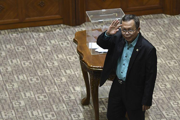 Anggota komisi III DPR dari Fraksi PPP Arsul Sani memasukkan surat suara saat proses pemilihan calon Pimpinan KPK di Komisi III, komplek Parlemen, Senayan, Jakarta, Jumat (13/09/2019). Voting menghasilkan Capim KPK terpilih yaitu Firli Bahuri dengan 56 suara, Alexander Marwata dengan 53 suara, Nurul Ghufron dengan 51 suara, Nawawi Pomolango dengan 50 suara dan Lili Pintauli Siregar dengan 44 suara.