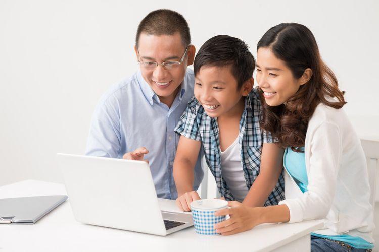 Ilustrasi. Orangtua mendampingi anak belajar.