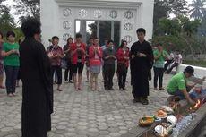 Warga Etnis Tionghoa Berdoa di Makam Massal Korban Tsunami
