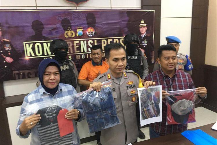 Kapolres Mojokerto Jawa Timur, AKBP Setyo Koes Heriyatno (tengah), pada Selasa (6/8/2019), menggelar konferensi pers setelah jajarannya berhasil meringkus pelaku pelecehan seksual remas payudara karyawati toko hijab yang terekam CCTV.
