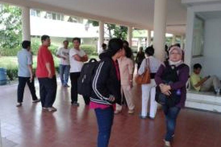 Sejumlah karyawan RS Sumber Waras saat melakukan aksi unjuk rasa di rumah sakit tempat mereka bekerja, Selasa (1/10/13)