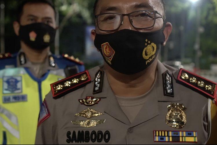 Dirlantas Polda Metro Jaya, Kombes Pol Sambodo Purnomo Yogo memberikan keterangan pers setelah membuka penyekatan di Bundaran Senayan, Jakarta pada Jumat (1/1/2021) pukul 02.10 WIB.