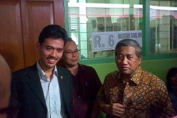 Mentri Pendidikan dan Kebudayaan Muhammad Nuh (paling kanan) didampingi Ketua KPAI (paling kiri) melakukan inspeksi mendadak jelang Ujian Nasional, Senin (14/4/2014) ke SMA N 70 Jakarta