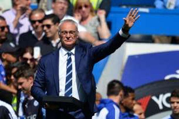 Manajer Leicester City, Claudio Ranieri, melambaikan tangan kepada para suporter yang berada di Stadion Stamford Bridge, Minggu (15/5/2016).