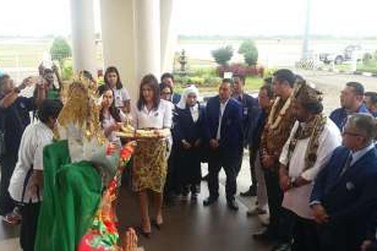 Kerua Umum Partai Nasdem Surya Paloh saat tiba di Bandar Udara Internasional Minangkabau, Jumat (8/4/2016)