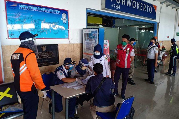 Calon penumpang Kereta Luar Biasa (KLB) di Stasiun Purwokerto, Jawa Tengah.