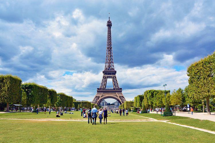 Menyaksikan Menara Eiffel dari Champ de Mars
