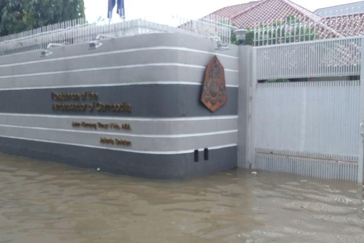 Rumah kediaman duta besar Kamboja untuk Indonesia di Jalan Kemang Timur V terendam banjir, Selasa (25/2/2020).