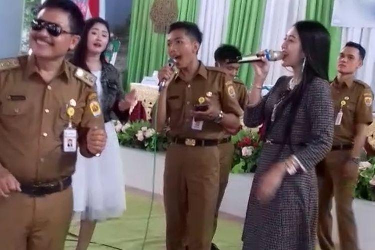 Acara jogetan tak bermasker pada acara pelantikan perangkat desa di Desa Dokoro, Kecamatan Wirosari, Kabupaten Grobogan, Jawa Tengah, Rabu (23/6/2021).