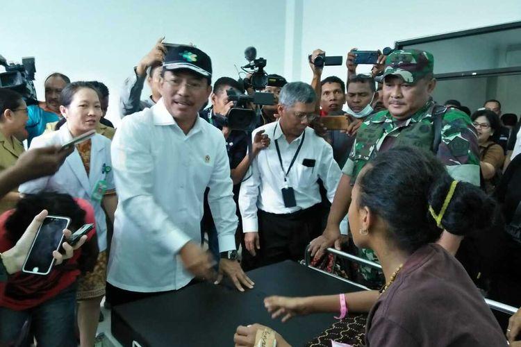Foto : Saat Menkes RI, Terawan Agus Putranto mengunjungi pasien DBD di RSUD Tc. Hillers Maumere, Senin (9/3/2020).