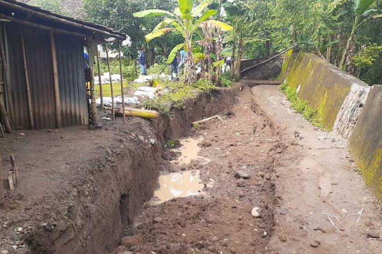 TANAH AMBLES—Inilah lokasi tanah ambles yang berada di Dusun Temboro, Desa Buduran, Kecamatan Wonoasri, Kabupaten Madiun, Senin (22/2/2021).