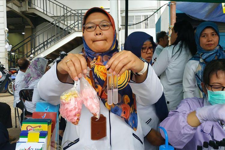 Petugas BBPOM Jakarta menunjukkan kerupuk merah yang terbukti positif mengandung bahan pewarna tekstil berjenis rhodamin B. Kerupuk merah ini terdapat dalam menu asinan yang dijual para pedagang takjil di Bendungan Hilir, Jakarta Pusat, Rabu (8/5/2019) petang.