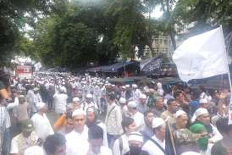 Suasana saat massa dari Front Pembela Islam berjalan kaki dari Masjid Al Azhar menuju Mabes Polri, Jakarta Srlatan, Senin (16/1/2017).