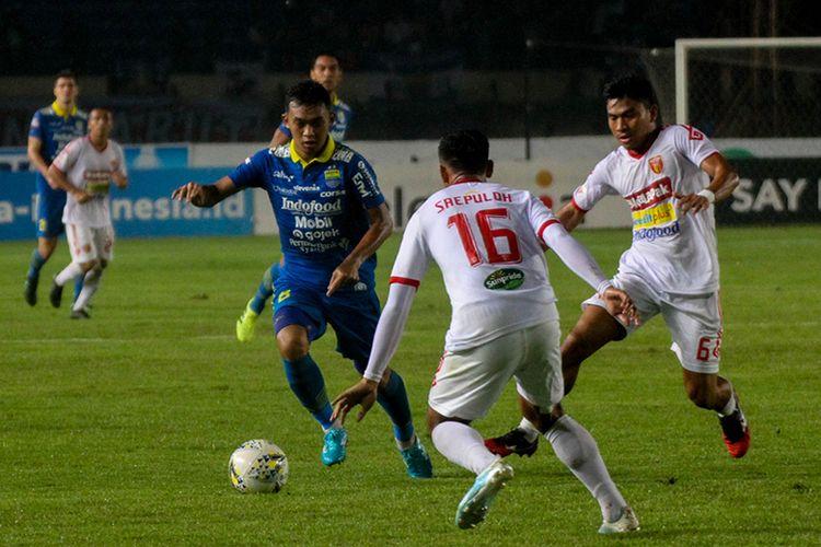 Gelandang Persib Bandung, Abdul Aziz Lufti Akbar (biru), mencoba melewati hadangan bek Perseru Badak Lampung FC, Saepuloh Maulana (putih), saat kedua tim bertemu pada pekan ke-33 Liga 1 2019, di Stadion Si Jalak Harupat.
