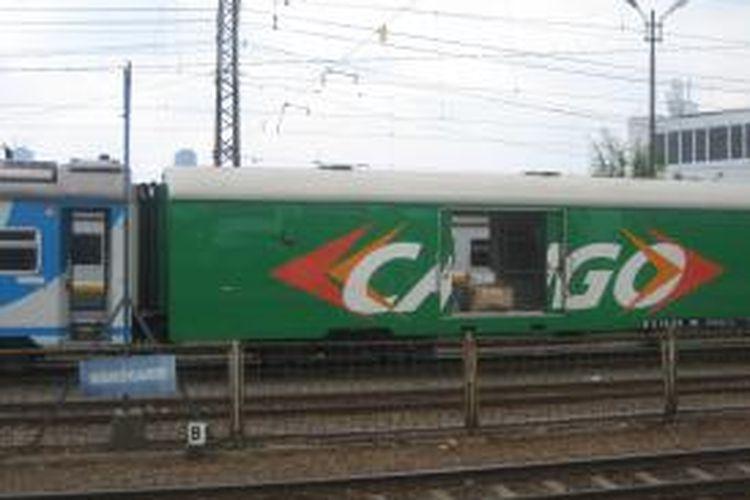 Gerbong kereta api kargo pada rangkaian kereta api Majapahit relasi Stasiun Pasar Senen -Malang (pergi-pulang) di Stasiun KA Manggarai, Jakarta Selatan. Selain angkutan penumpang, PT Kereta Api Indonesia (KAI) memperluas bisnis angkutan barang.