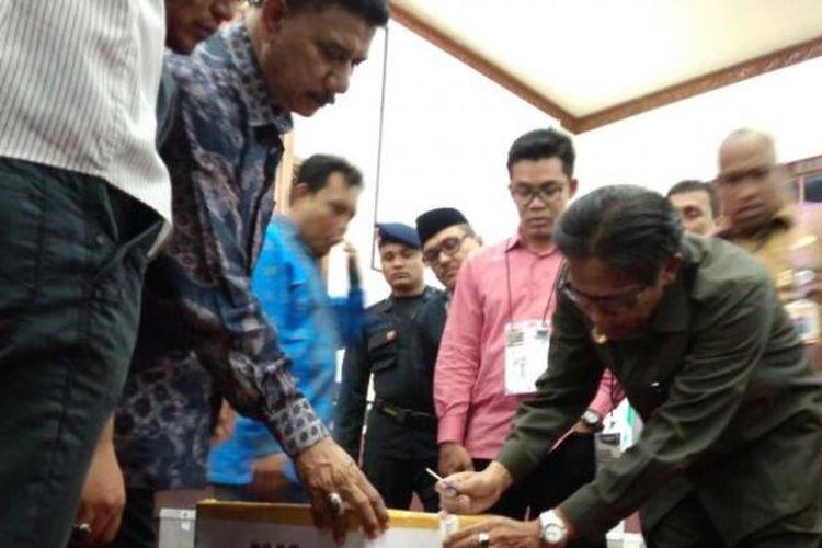 Ketua KIP Kabupaten Bener Meriah Iwan Kurnia, disakaikan oleh Komisoner KIP Aceh dan para saksi membuka kotak suara dengan pisau pada saat rapat pleno rekapitulasi suara gubernur aceh, karena kunxi kotak suara tertinggal di kabupaten.