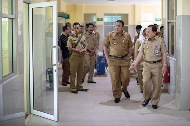 Wali Kota Tasikmalaya Budi Budiman saat memeriksa ruang isolasi khusus suspect virus Corona di RSUD Soekardjo pada Senin (2/3/2020).