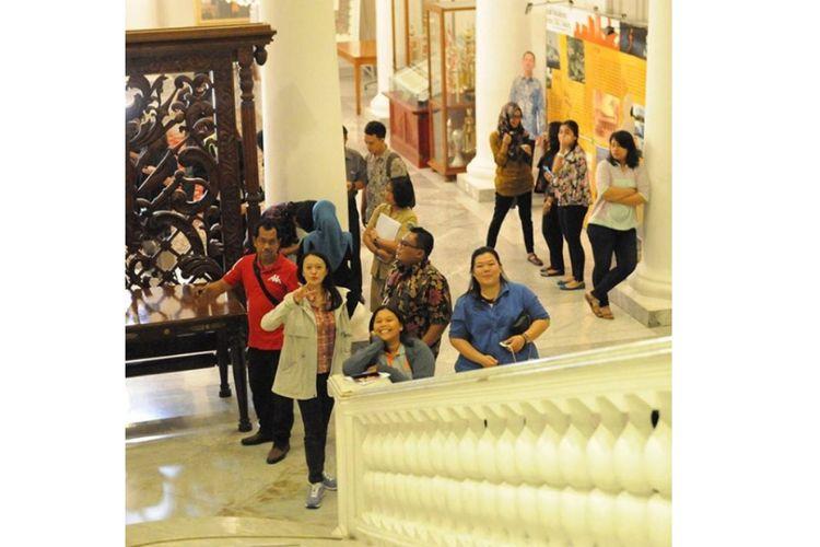 Kurniasari Aziza (bertopang dagu) ketika masih bertugas di Balai Kota DKI Jakarta.