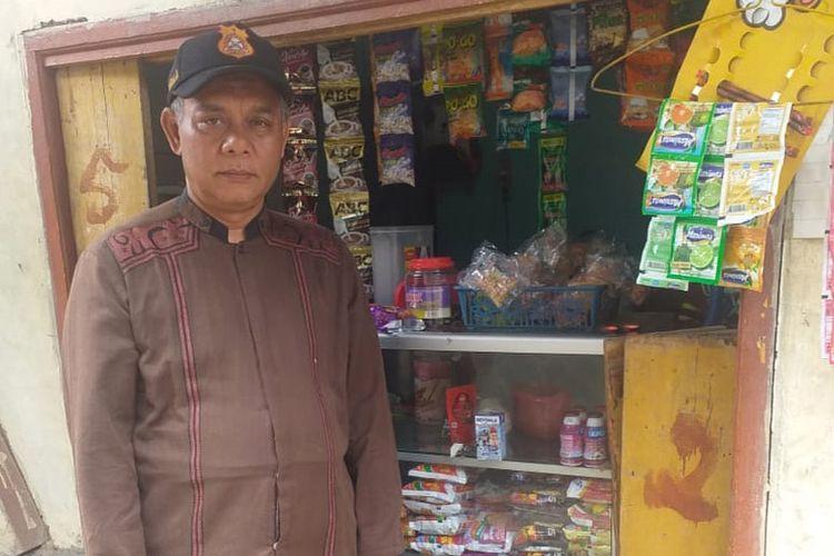 Ade Irawan yang membuka usaha warung kelontong di Kampung Warung, Desa Batujajar Barat, Kecamatan Batujajar, Kabupaten Bandung Barat, Jawa Barat mendapatkan Banpres Produktif senilai Rp 2,4 juta.