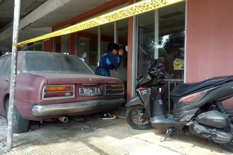 Sebuah benda yang diduga sebagai bom molotov meledak di depan pintu kantor sekretariat Pengurus Anak Cabang (PAC) PDI Perjuangan Kecamatan Megamendung, Kabupaten Bogor, Jawa Barat.