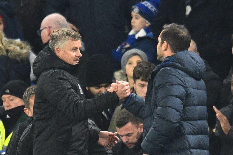 Pelatih Manchester United, Ole Gunnar Solskjaer (kiri), bersama juru taktik Chelsea, Frank Lampard (kanan), pada lanjutan babak kelima Piala Liga Inggris, 30 Oktober 2019.