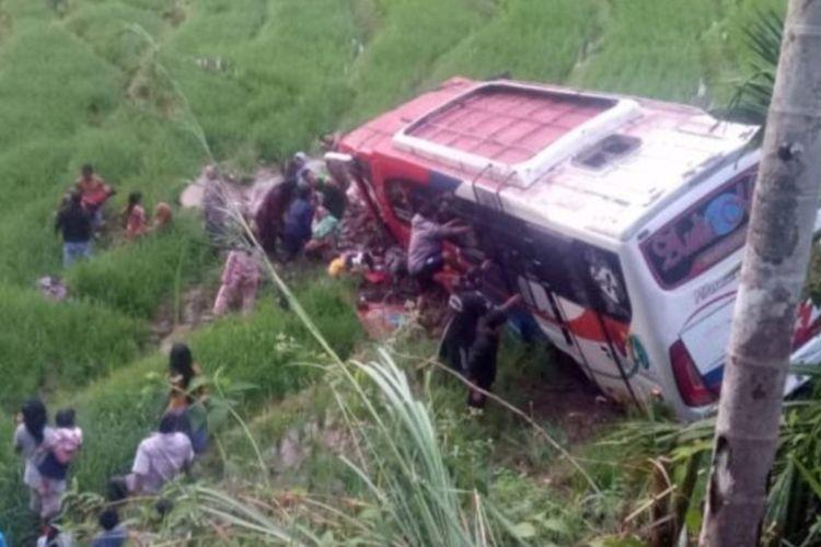 Bus masuk jurang sedalam 15 meter yang akibatkan 2 penumpang tewas dan 35 luka-luka di Pasaman, Sumbar, Rabu (19/5/2021)