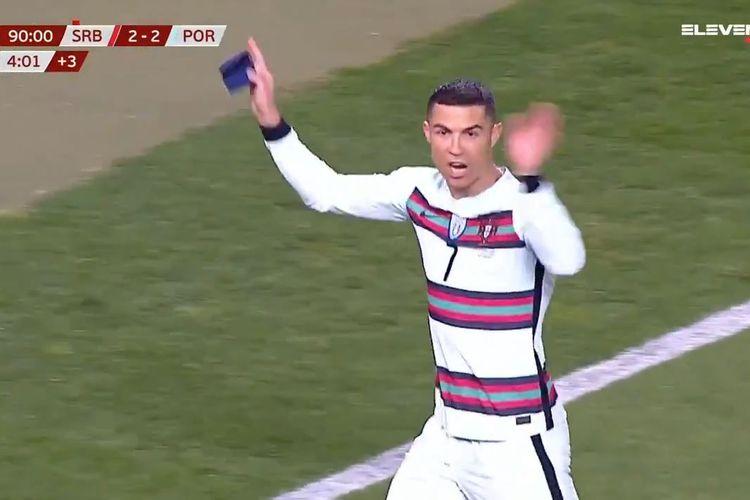 Kapten timnas Portugal, Cristiano Ronaldo, murka setelah golnya pada detik-detik akhir laga kontra Serbia, Minggu (28/3/2021) dini hari WIB, tidak dianggap melewati garis gawang oleh wasit dan hakim garis.