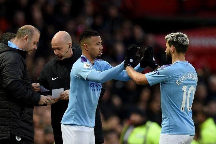 Penyerang Manchester City, Sergio Aguero, meninggalkan lapangan untuk digantikan dengan Gabriel Jesus pada laga derbi Manchester di Stadion Old Trafford, Minggu (8/3/2020).