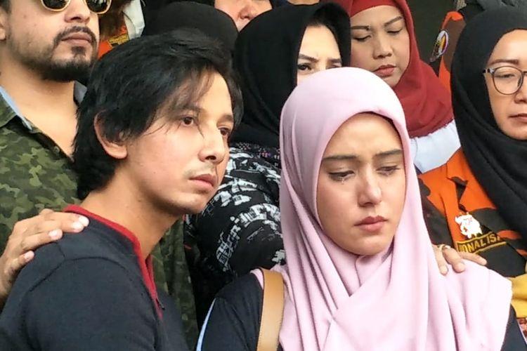 Artis peran Sonny Septian dan Fairuz A Rafiq saat melaporkan Galih Ginanjar ke Polda Metro Jaya, Jakarta Selatan, Senin (1/7/2019). Fairuz terlihat menangis saat melaporkan mantan suaminya terkait konten asusila.