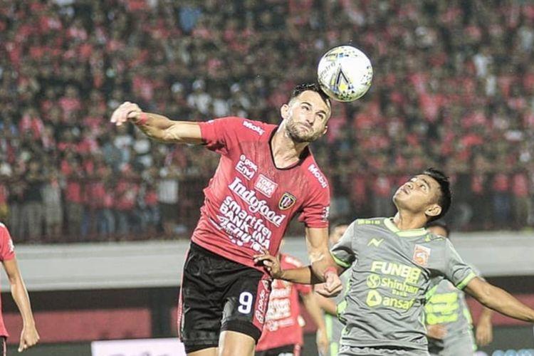 Duel udara striker Bali United, Ilija Spasojevic (kiri) dengan winger Borneo FC, Abrizal Umanailo (kanan)