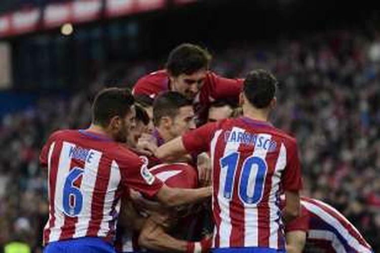 Para pemain Atletico Madrid merayakan gol ke gawang Las Palmas dalam lanjutan La Liga di Stadion Vicente Calderon, Sabtu (17/12/2016).