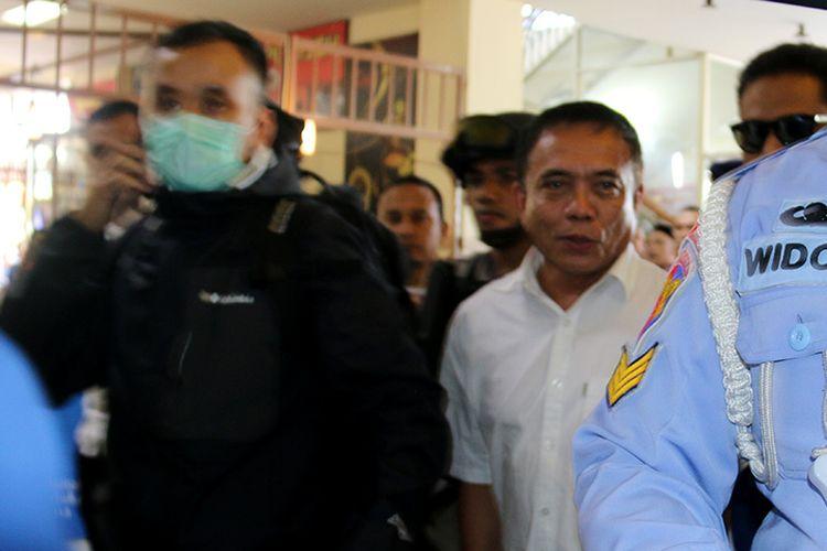Gubernur Aceh, Irwandi Yusuf yang diduga terjaring operasi tangkap tangan (OTT) KPK setelah menjalani pemeriksaan di ruang Reskrimsus Polda Aceh. Ia akan diberangkatkan ke Jakarta untuk penyelidikan lebih lanjut.