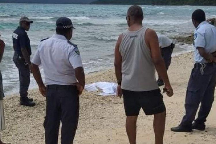 Polisi Vanuatu ketika mengamankan mayat yang tersapu ke pantai pada 11 April. Diketahui jenazah nelayan asal Filipina tersebut positif terinfeksi Covid-19.